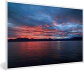 Foto in lijst - Zonsopkomst boven de Geirangerfjord in Noorwegen fotolijst wit 60x40 cm - Poster in lijst (Wanddecoratie woonkamer / slaapkamer)