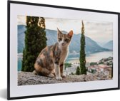 Foto in lijst - Kat op het muurtje met overzicht over de Baai van Kotor in Montenegro fotolijst zwart met witte passe-partout 60x40 cm - Poster in lijst (Wanddecoratie woonkamer / slaapkamer)