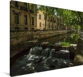 Kleine waterval in het centrum van Nîmes Canvas 30x20 cm - klein - Foto print op Canvas schilderij (Wanddecoratie woonkamer / slaapkamer) / Europese steden Canvas Schilderijen