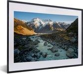 Foto in lijst - Hooker Valley in het Nationaal park Aoraki/Mount Cook in Nieuw-Zeeland fotolijst zwart met witte passe-partout klein 40x30 cm - Poster in lijst (Wanddecoratie woonkamer / slaapkamer)