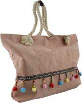 Hippe roze strandtas met vaste hengsels van gedraaid touw die vast zitten met knopen.