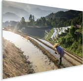 Chinese boer in de Rijstterrassen van Lóngjĭ in China Plexiglas 120x80 cm - Foto print op Glas (Plexiglas wanddecoratie)