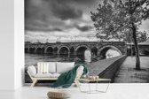 Fotobehang vinyl - Zwart wit afbeelding van de brug in Maastricht breedte 450 cm x hoogte 300 cm - Foto print op behang (in 7 formaten beschikbaar)