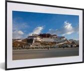 Foto in lijst - Blauwe lucht boven het Potalapaleis in China fotolijst zwart met witte passe-partout 60x40 cm - Poster in lijst (Wanddecoratie woonkamer / slaapkamer)