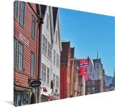 Bryggen onder een strakblauwe hemel Canvas 140x90 cm - Foto print op Canvas schilderij (Wanddecoratie woonkamer / slaapkamer)