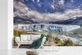 Fotobehang vinyl - Kleurrijke omgeving bij de Perito Moreno gletsjer breedte 600 cm x hoogte 400 cm - Foto print op behang (in 7 formaten beschikbaar)