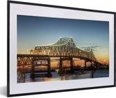 Foto in lijst - De brug bij het Amerikaanse Baton Rouge in de schemering fotolijst zwart met witte passe-partout 60x40 cm - Poster in lijst (Wanddecoratie woonkamer / slaapkamer)