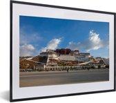Foto in lijst - Blauwe lucht boven het Potalapaleis in China fotolijst zwart met witte passe-partout klein 40x30 cm - Poster in lijst (Wanddecoratie woonkamer / slaapkamer)