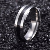 Stalen ring met zwarte lijn maat 16